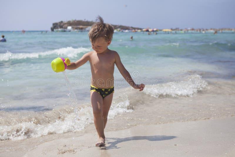 Jongen op het strand in Ayia Napa stock afbeelding