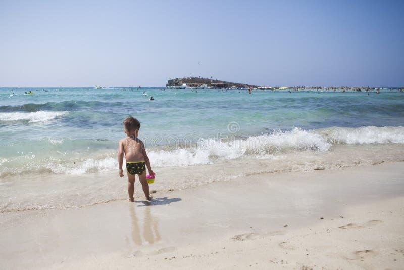 Jongen op het strand in Ayia Napa stock fotografie