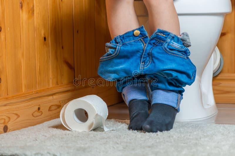 jongen op het toilet - in het kader van de voet stock fotografie