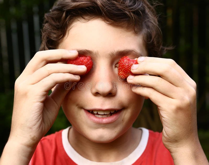 Jongen op portret met aardbeien royalty-vrije stock foto's