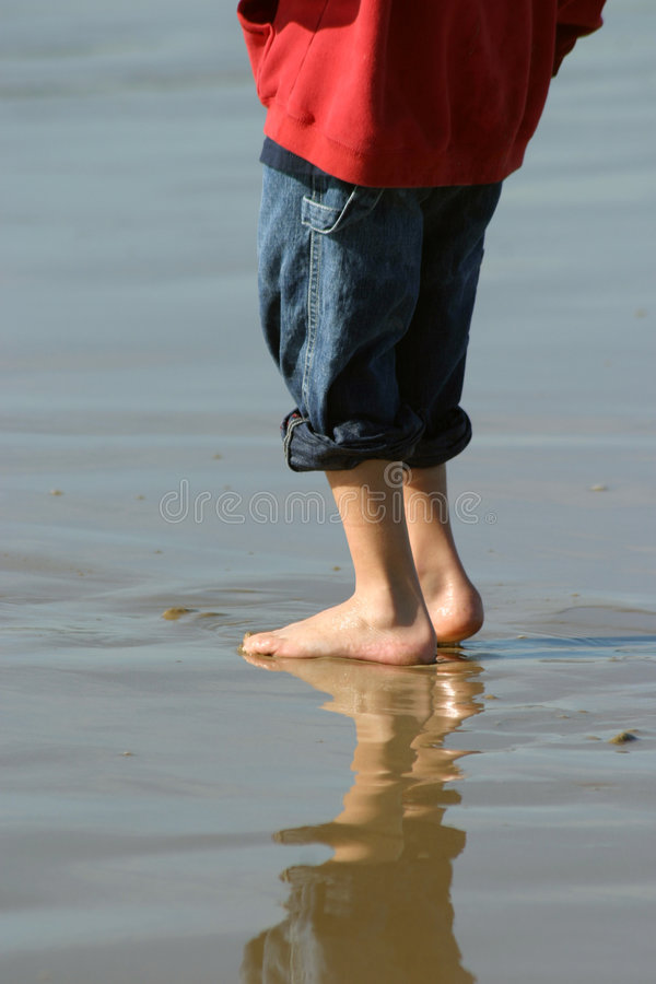Jongen op Strand stock fotografie