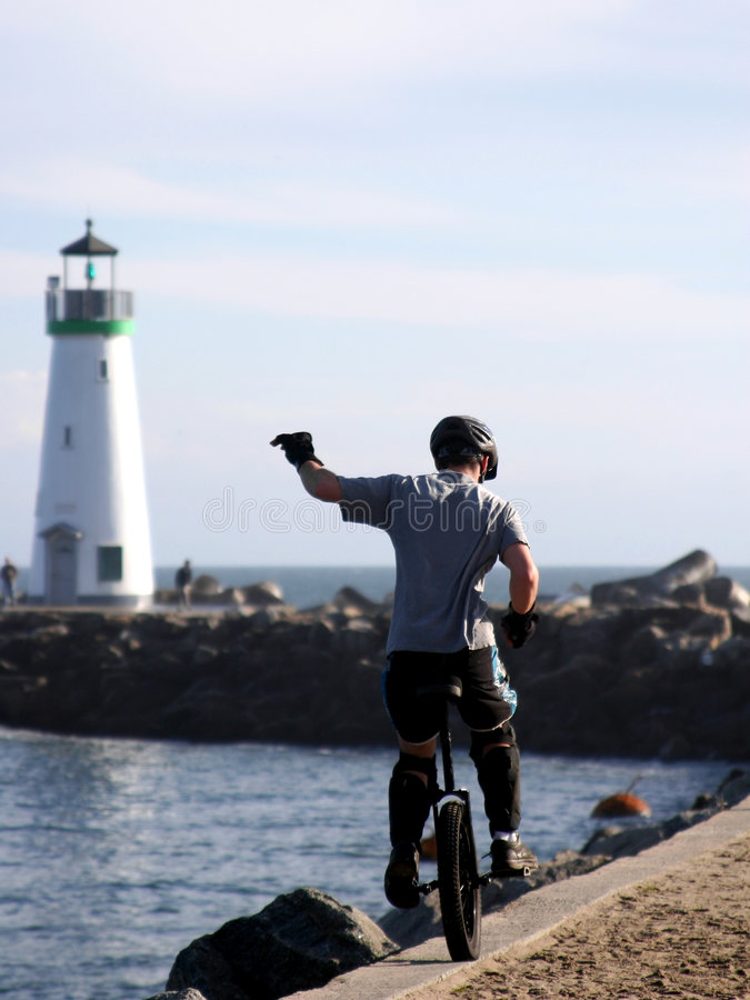 Jongen op unicycle op een strand van Californië royalty-vrije stock afbeelding