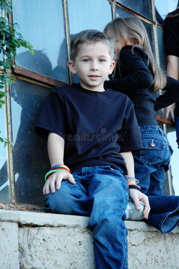 Jongen op Vensterrichel royalty-vrije stock fotografie