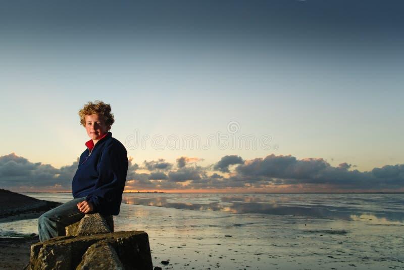 Jongen op zee royalty-vrije stock foto's