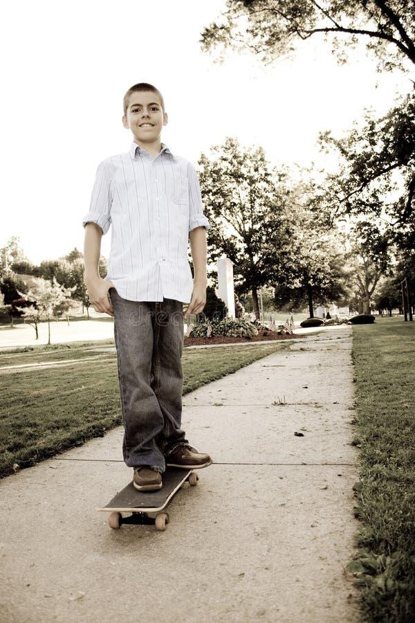 Jongen op Zijn Skateboard stock afbeelding