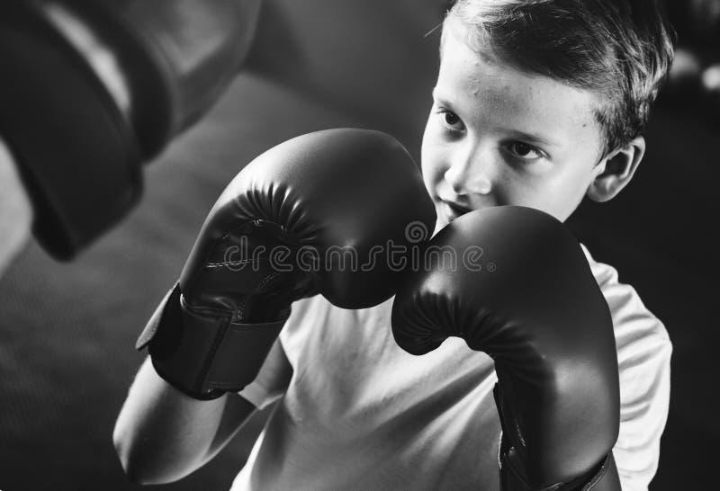 Jongen Opleiding het In dozen doen het Concept van de Oefeningsbeweging stock afbeelding