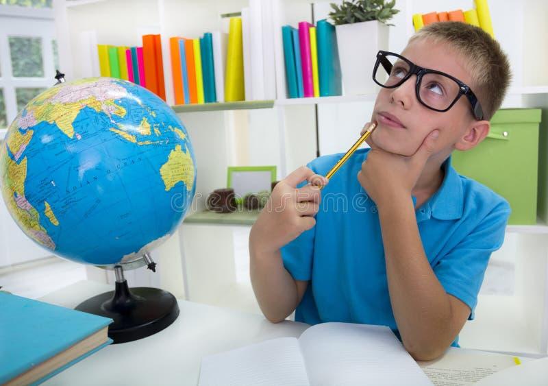 Jongen over de wereld bestuderen, en thinkig iets die royalty-vrije stock afbeelding
