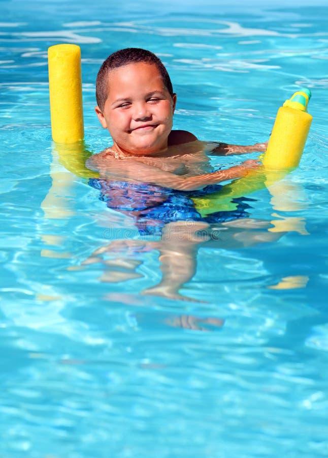 Jongen in pool stock fotografie