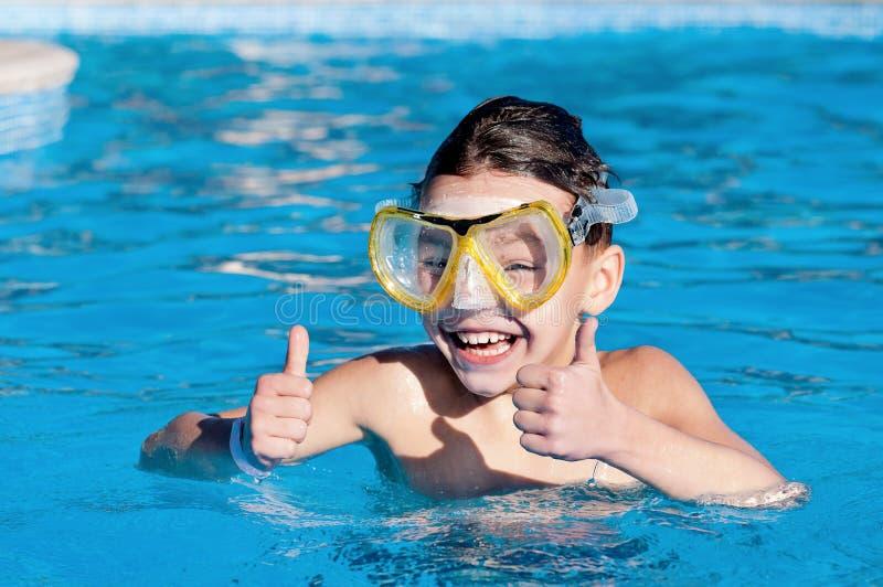 Jongen in pool stock afbeelding