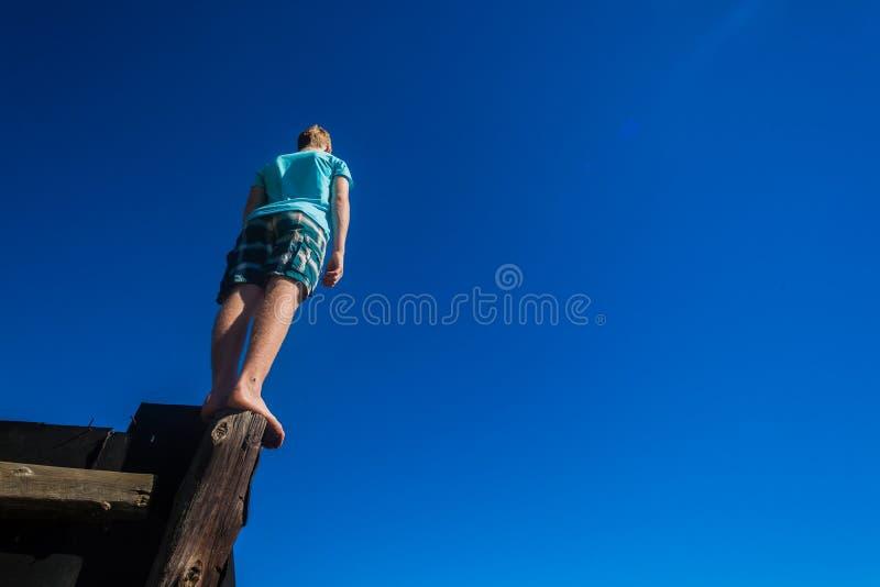 Jongen Pool die In evenwicht brengend Hemel bevinden zich stock afbeeldingen