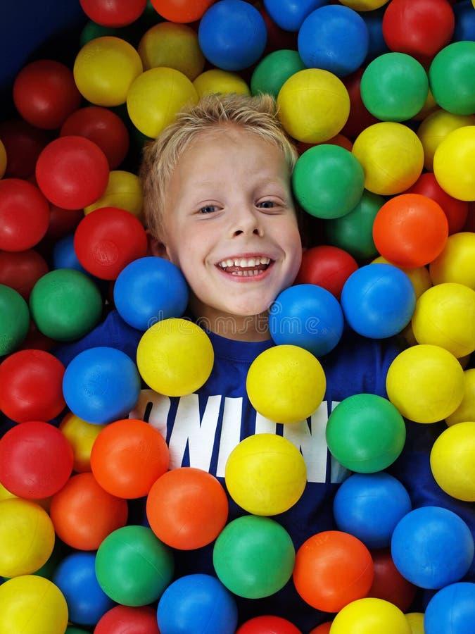 Jongen in pretballen stock afbeeldingen