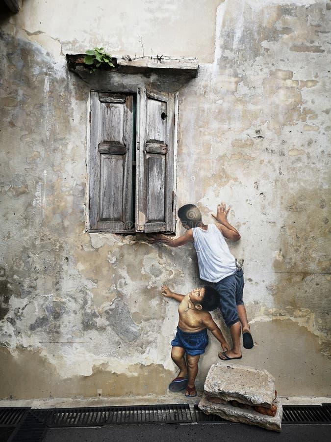 Jongen schilderen die het oude venster bekijken stock afbeeldingen