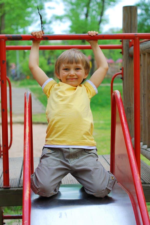 jongen in speelplaats royalty-vrije stock foto