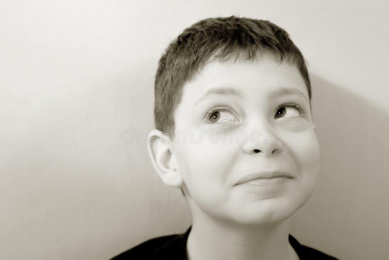 Jongen tegen Groene Muur royalty-vrije stock fotografie