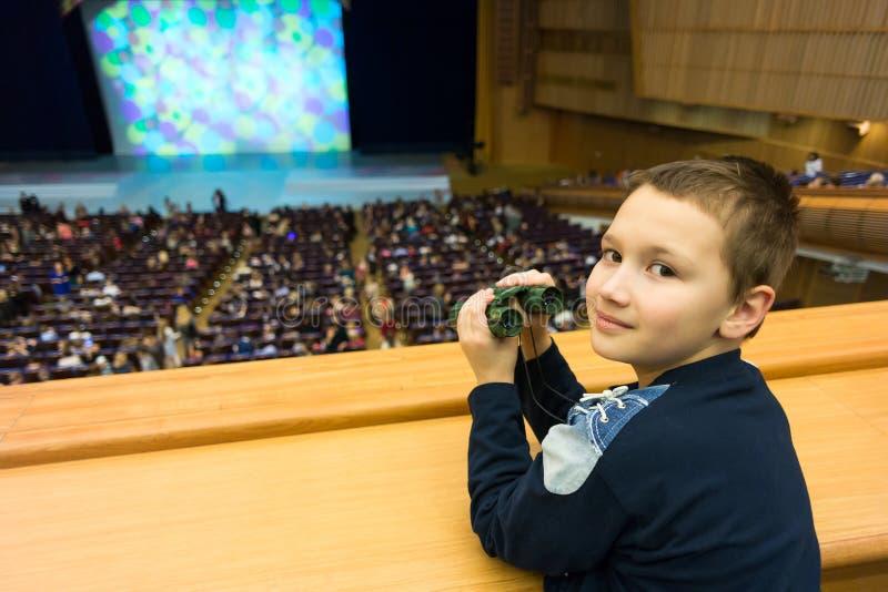 Jongen in theater royalty-vrije stock afbeelding