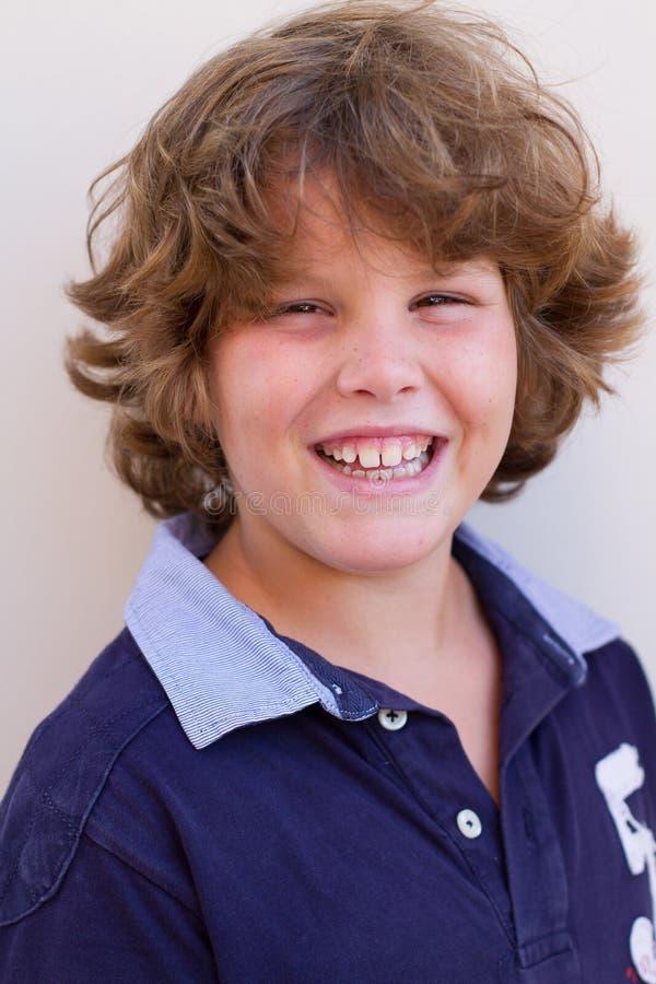 Jongen tien jaar het oude glimlachen bij de camera stock afbeelding