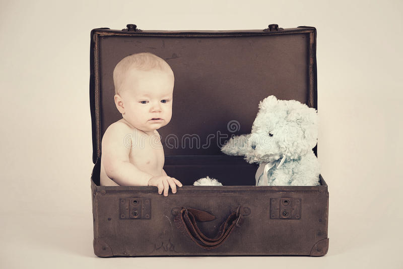 Jongen in Uitstekende Koffer royalty-vrije stock foto