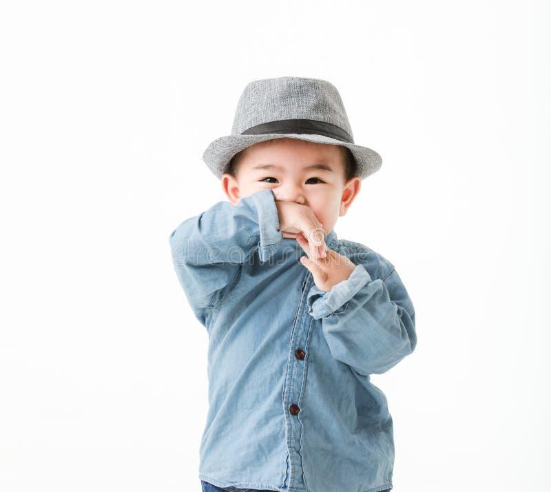 Jongen van de één éénjarige de Aziatische baby in jeans shurt zitting op vloerspel royalty-vrije stock fotografie