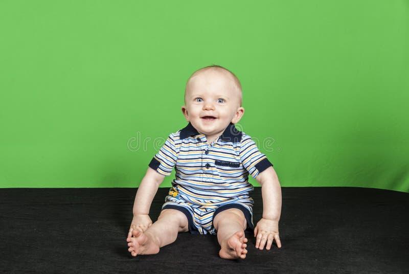 10 Jongen van de maand de Oude Baby op een Groene Achtergrond PT 3 royalty-vrije stock fotografie