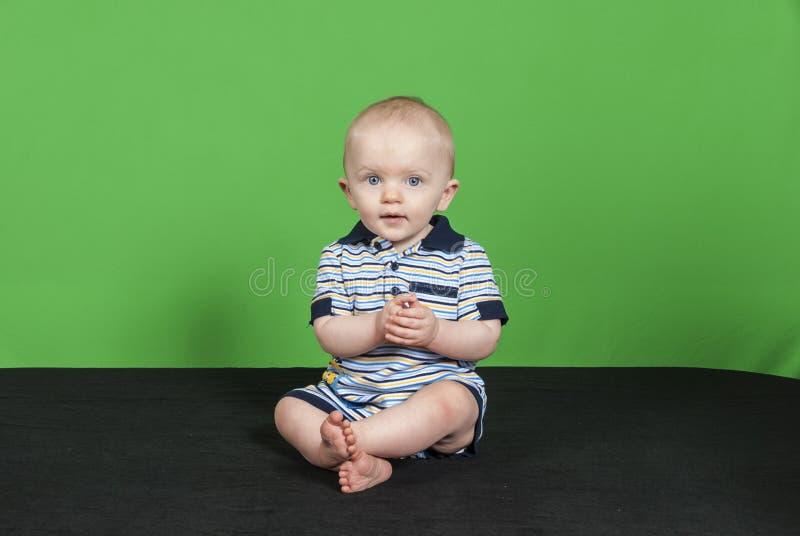 10 Jongen van de maand de Oude Baby op een Groene Achtergrond PT 2 royalty-vrije stock foto