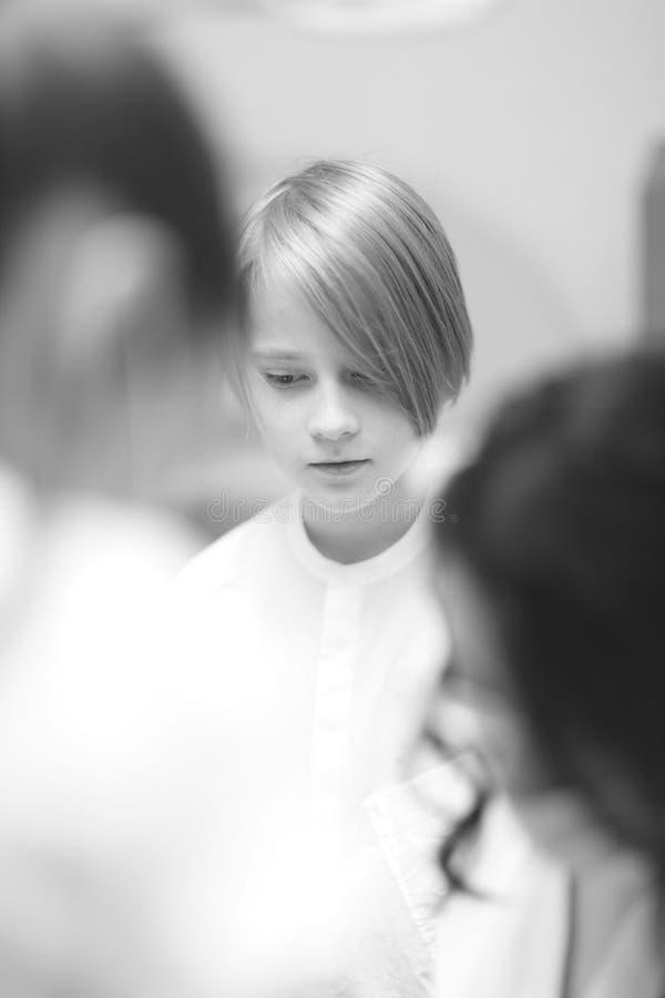 Jongen van schoolleeftijd met een modieus kapsel stock foto's