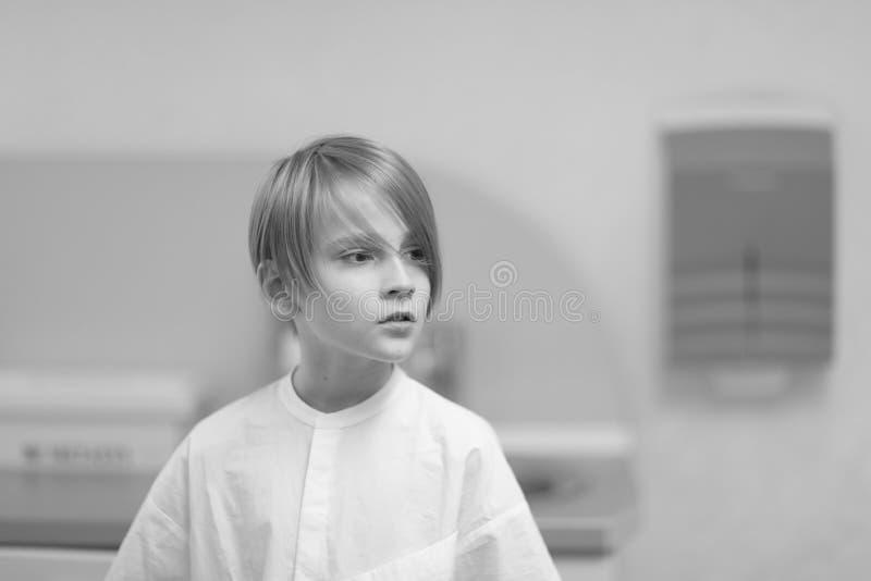 Jongen van schoolleeftijd met een modieus kapsel stock foto