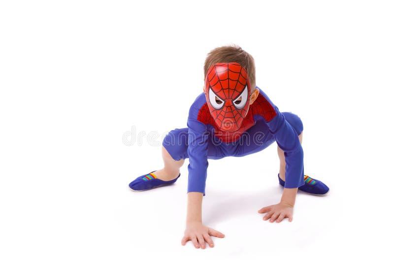 Jongen van vijf jaar in kostuum van Spider-Man royalty-vrije stock foto's