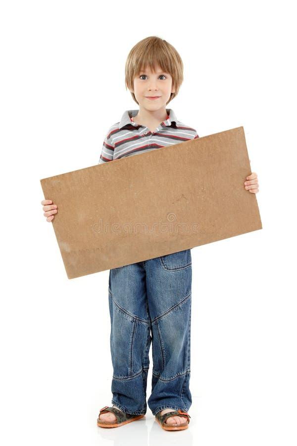 Jongen weinig grappig vrolijk holdings leeg die karton op wh wordt geïsoleerd stock afbeeldingen