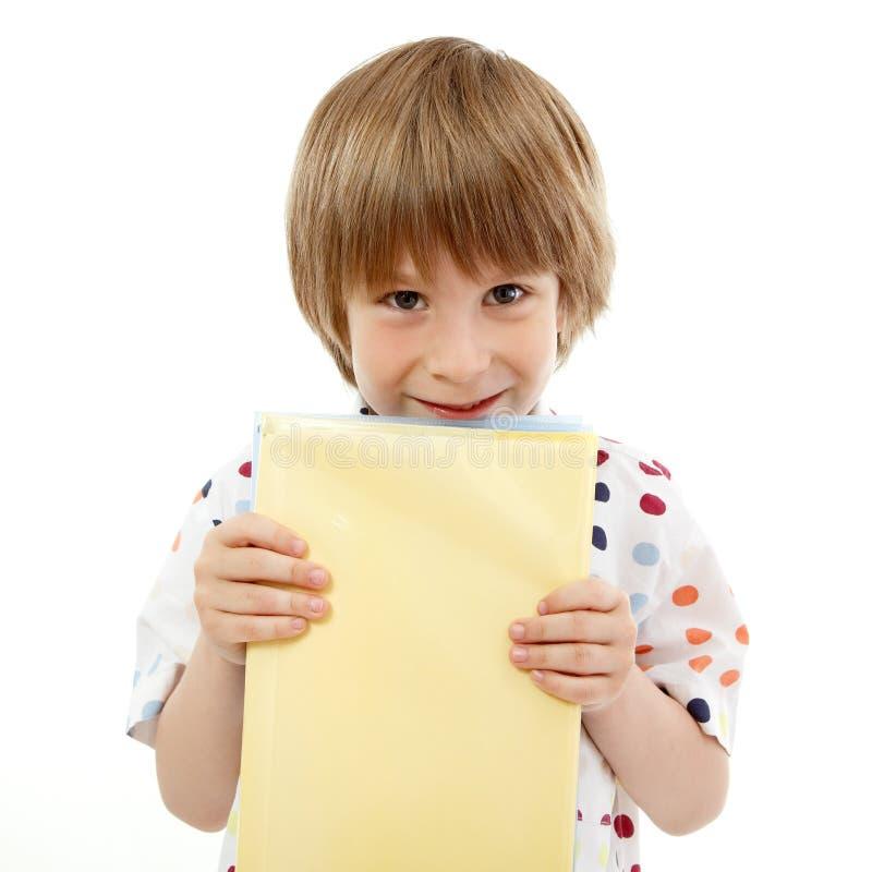 Jongen weinig het grappige vrolijke die leren met boeken op wit worden geïsoleerd stock foto's