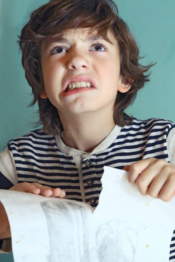 Jongen in woede over zijn tekenings dichte omhooggaande foto royalty-vrije stock foto's