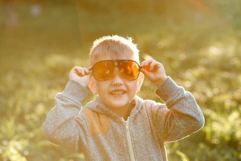 Jongen in zonnebril in de zomer, gestemde foto royalty-vrije stock afbeelding