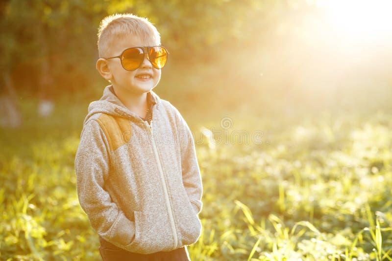 Jongen in zonnebril in de zomer, gestemde foto royalty-vrije stock afbeeldingen