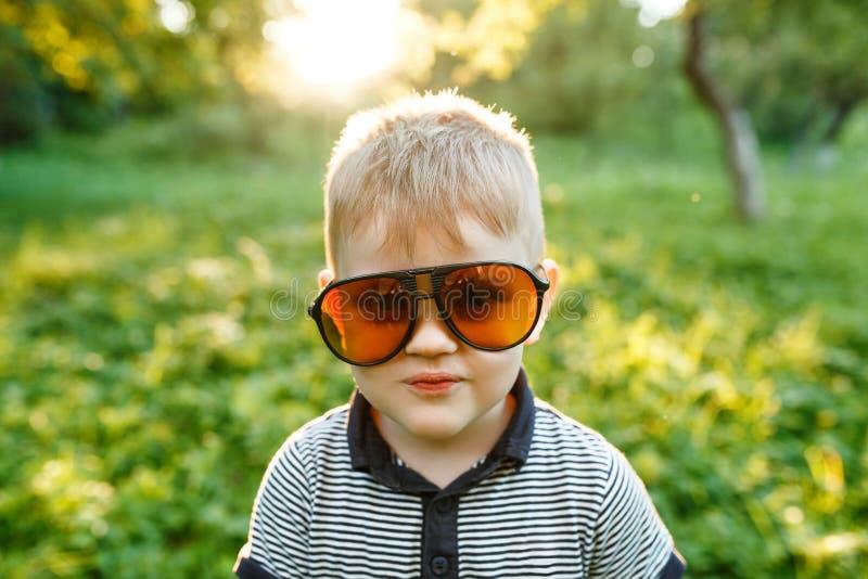 Jongen in zonnebril in de zomer, gestemde foto royalty-vrije stock foto's