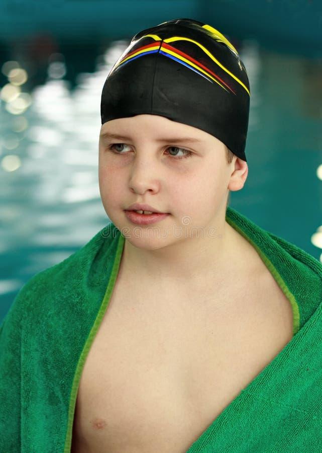 Jongen in zwembad royalty-vrije stock afbeelding