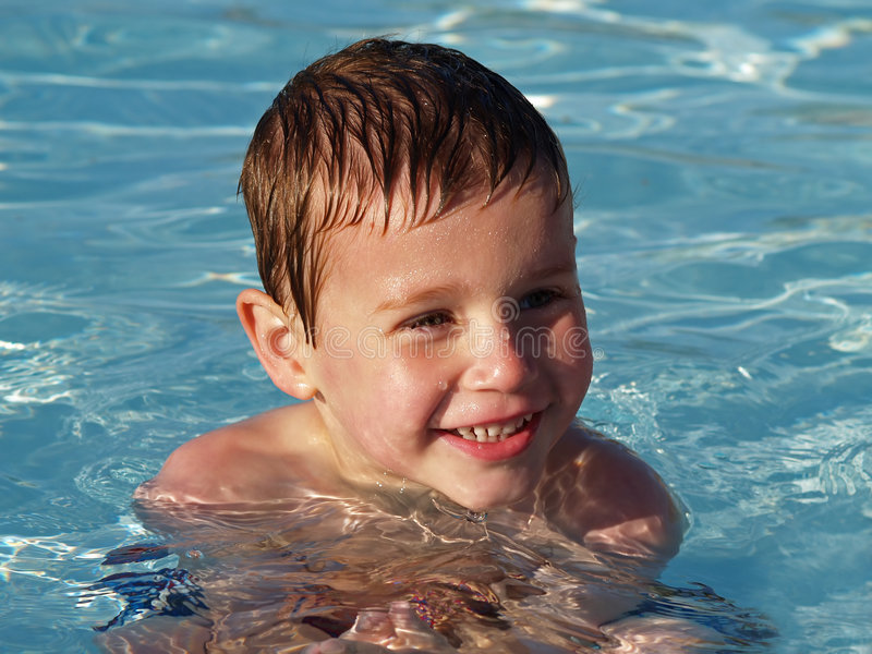 Jongen in zwembad stock afbeelding