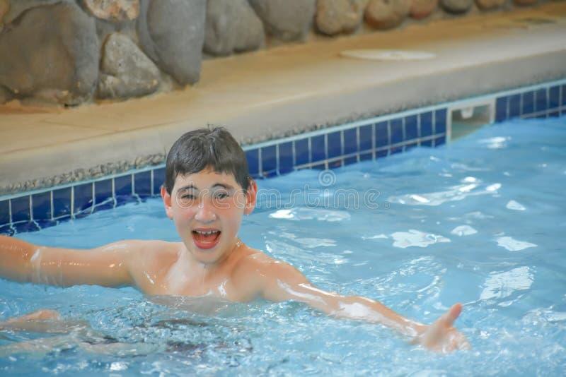 Jongen zwemmen in de binnenpool royalty-vrije stock afbeelding