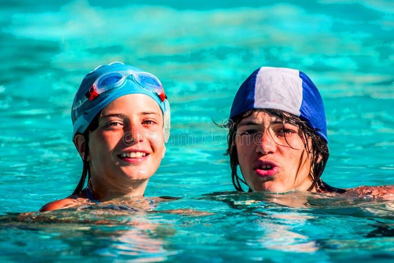 Jongens in de pool stock foto