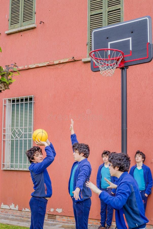Jongens die Basketbal spelen royalty-vrije stock afbeelding