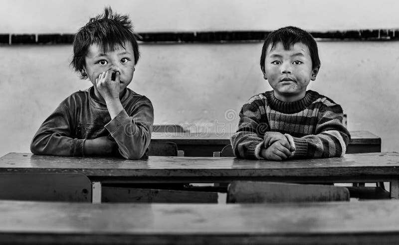 Jongens die binnen klaslokaal in een dorp zitten, Sapa, Vietnam royalty-vrije stock afbeeldingen