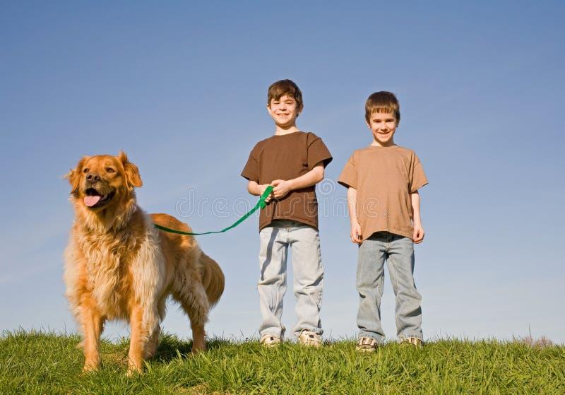 Jongens die de hond lopen stock fotografie
