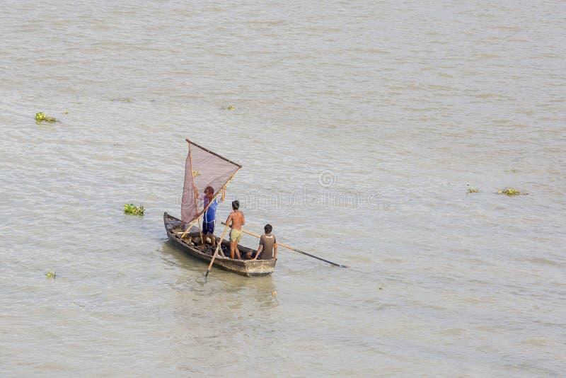3 jongens die in de stad van de karnafulirivier van Chitagong, Bangladesh vissen stock foto's