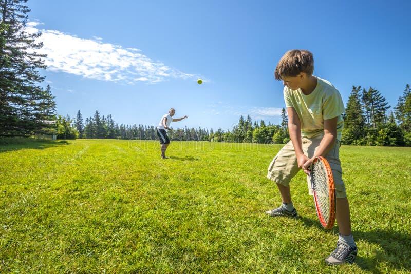 Jongens die een tennis spelen royalty-vrije stock fotografie