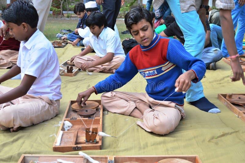 Jongens die garen spinnen in Kochrab Ashram, Ahmedabad royalty-vrije stock fotografie