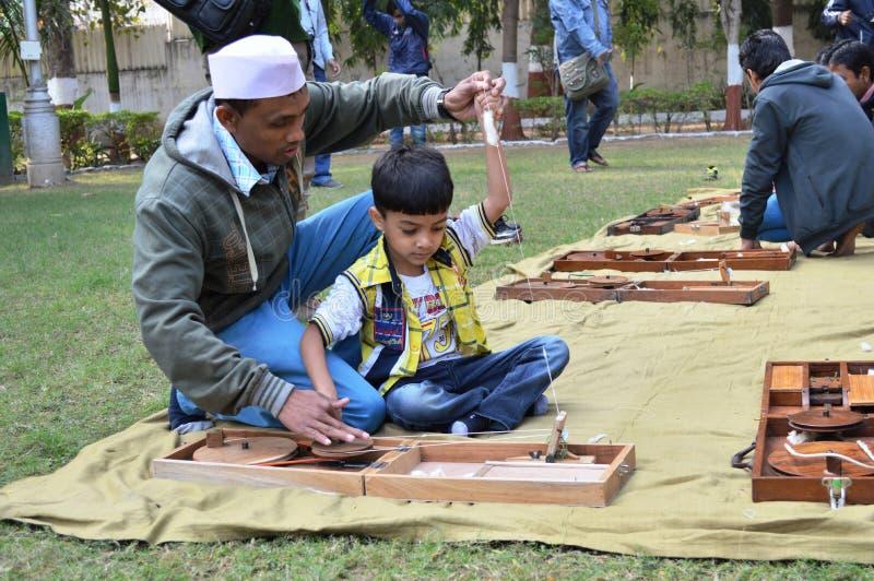 Jongens die garen spinnen in Kochrab Ashram, Ahmedabad royalty-vrije stock afbeeldingen