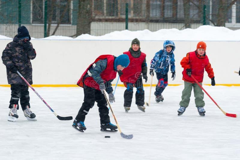 Jongens die ijshockey 26 spelen 11 2019 stock foto's