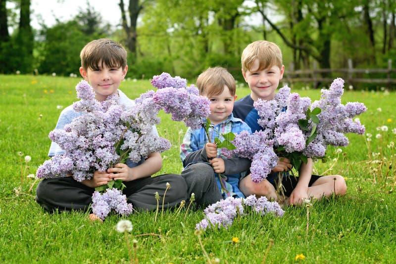 Jongens die lilac boeketten houden royalty-vrije stock fotografie