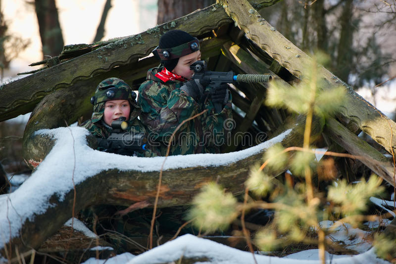 Jongens die met kanon tijdens lasermarkering spelen royalty-vrije stock fotografie