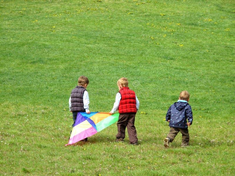 Jongens die met vlieger spelen stock fotografie