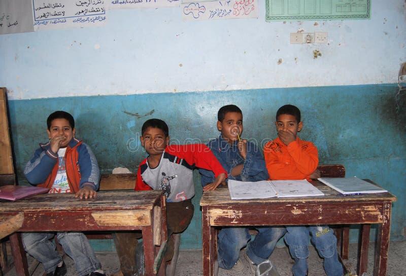 Jongens die op hun schijven bij een les in klasse op school in Egypte zitten royalty-vrije stock foto