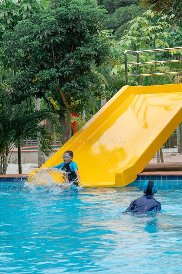 Jongens die in openbaar zwembad spelen royalty-vrije stock foto's